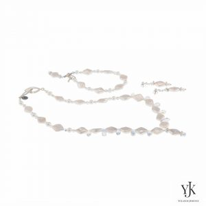 Izarra White Rhombic Pearl & Swarovski Jewelryset- Izarra White Rhombic Pearl & Swarovski Necklace-Sieradenset van witte parels en Swarovski