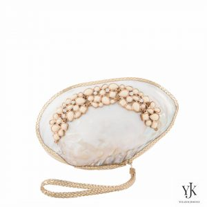 Serena Royal Shell Clutch Gold-Schelptas met decoratie en goud leer.