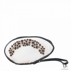 Serena Shell Clutch Black & White-Schelptas met zwarte decoratie en zwart leer.