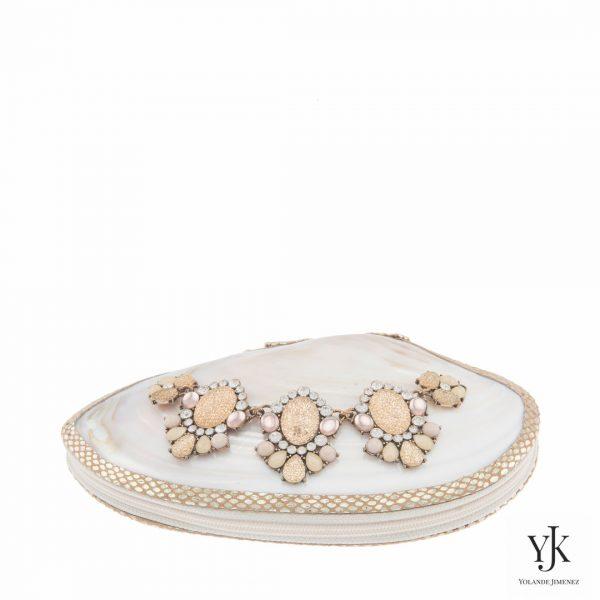 Serena Shell Clutch Gold-Schelptas met strass decoratie en goud leer.