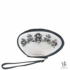 Serena Shell Clutch Silver & Black-Schelptas met decoratie en handbeschilderde voering.