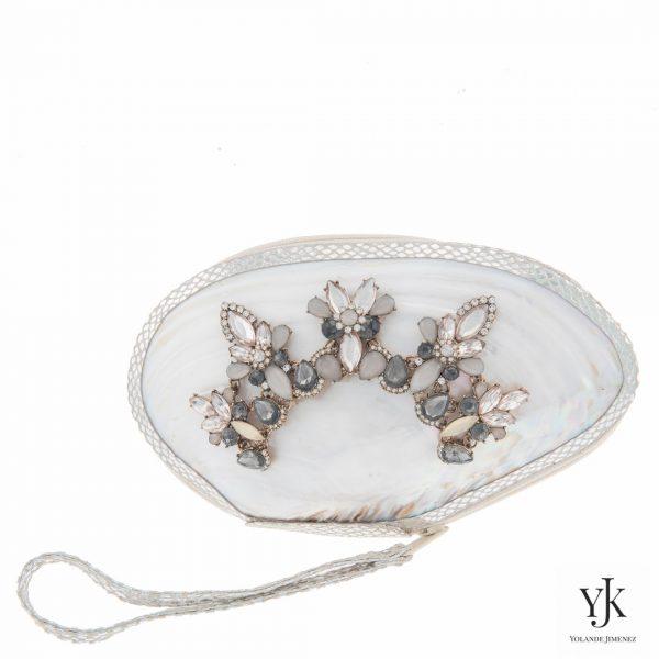 Serena Shell Clutch Silver-Schelptas met decoratie en handbeschilderde voering.