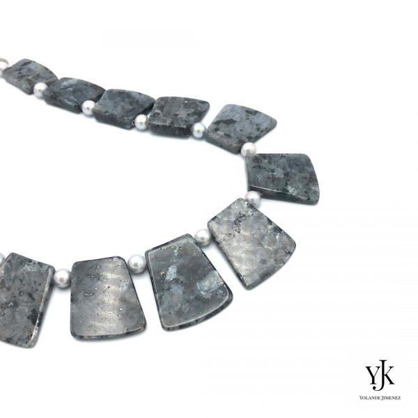 Amora Grey Larvikite Necklace Detail Silver-Ketting van zilvergrijze jaspis plakken.