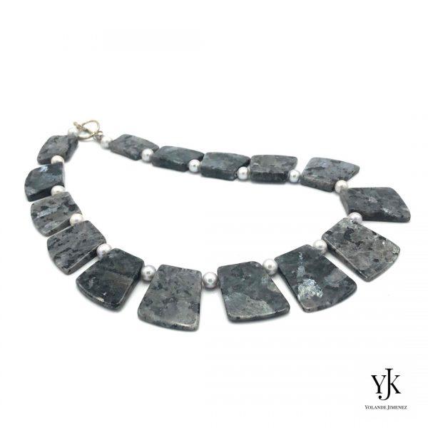 Amora Grey Larvikite Necklace Silver-Ketting van zilvergrijze jaspis plakken.