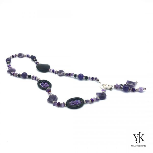 Amora Puple Amethyst & Black Agate Necklace Long-Lange ketting van paarse amethyst en zwarte agaat.