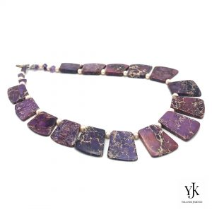 Amora Purple Jasper Slabs & Pearl Necklace Detail-Ketting van paarse jaspis plakken en parels.