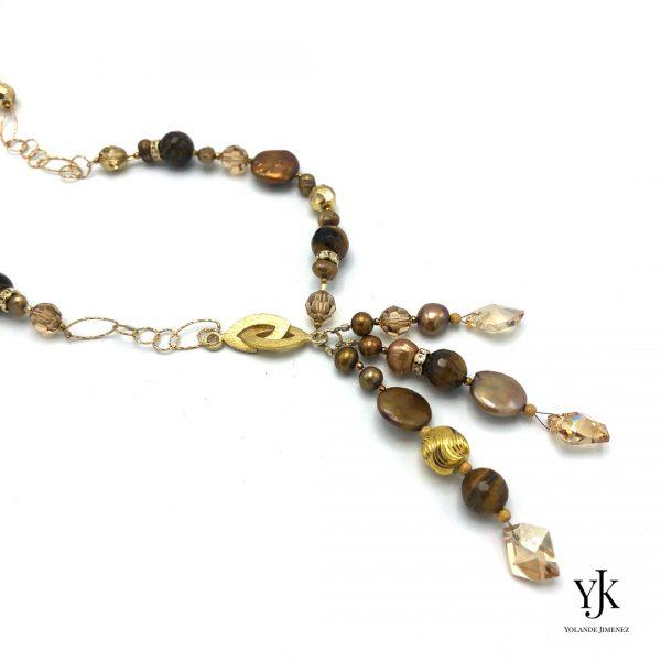Izarra Gold Swarovski & Pearl Necklace Long Detail-Lange ketting met Swarovski, parels en strass.