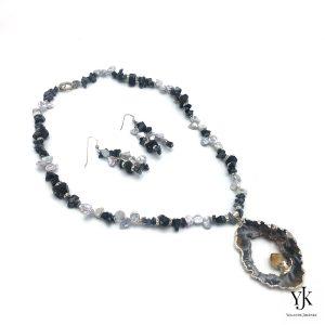 Amora Grey Agate Hanger & Snowflake Obsidian Jewelryset-Sieradenset met grijze Agaat hanger, Sneeuwvlok Obsidiaan, zwarte ruwe Toermalijn en strass.