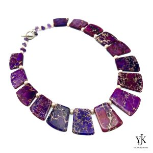 Amora Purple Jasper Slabs & Pearl Necklace Detail-Ketting van paarse jaspis plakken en parels.